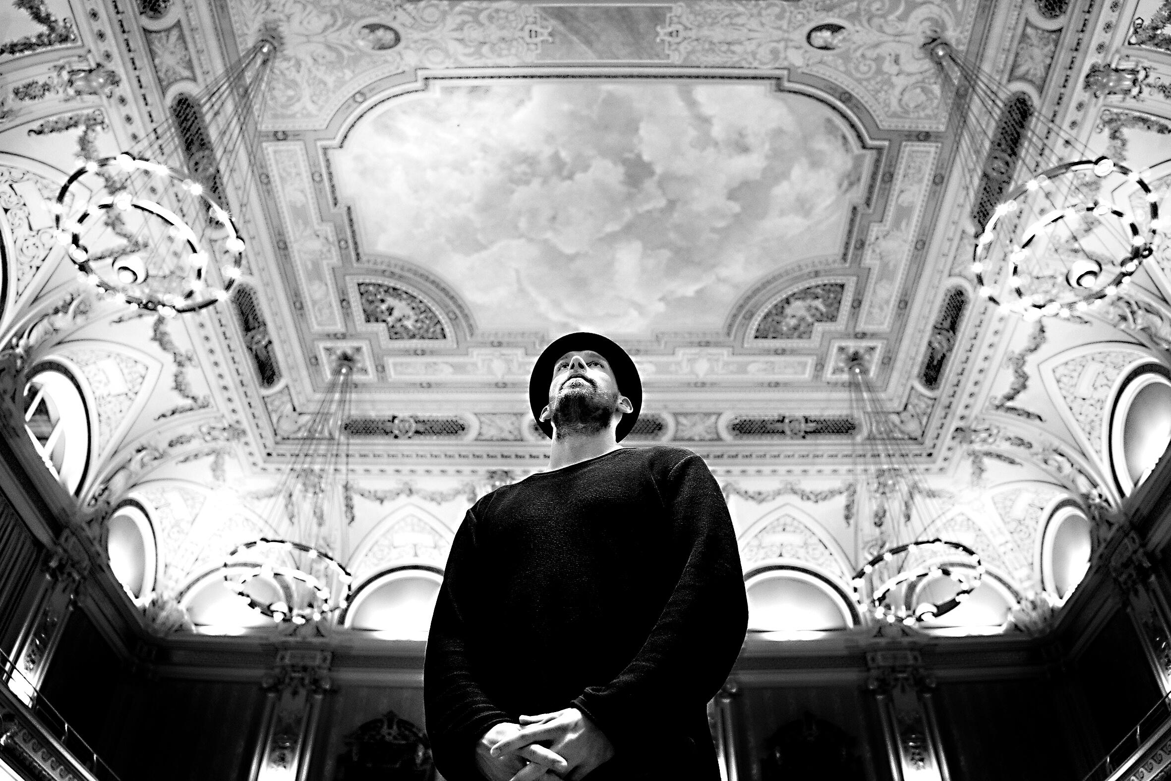 Wuppertal, Stadthalle, schwarz weiß, Männerportrait, Deckenmalerei, sw, Rahn Photography,