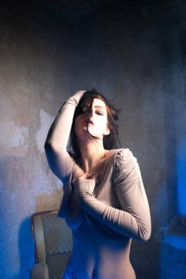 Akt, Teilakt, Model, Altbau, schwarze Haare, Sinnlich, erotisch, Sessel,
