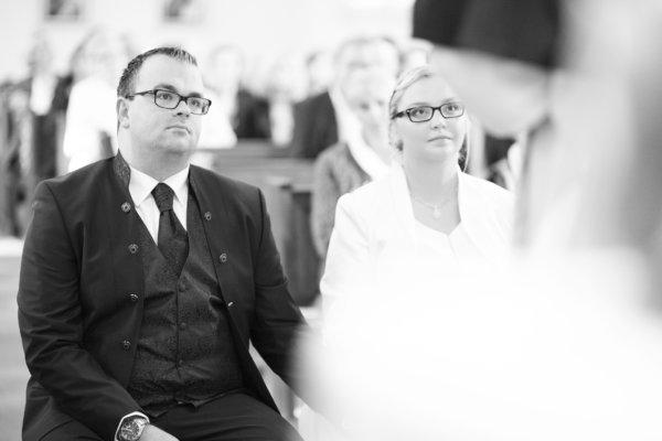 Hochzeit, Kirche, kirchliche Trauung, Hochzeitsshooting, schwarzweiß, Brautpaar, Unschärfe, Kirche, kirchliche Trauung