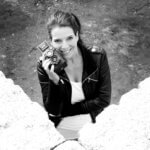 Janine Rahn, Rahn Photography, Kamera, schwarz weiß, Portrait, Lederjacke, lächeln