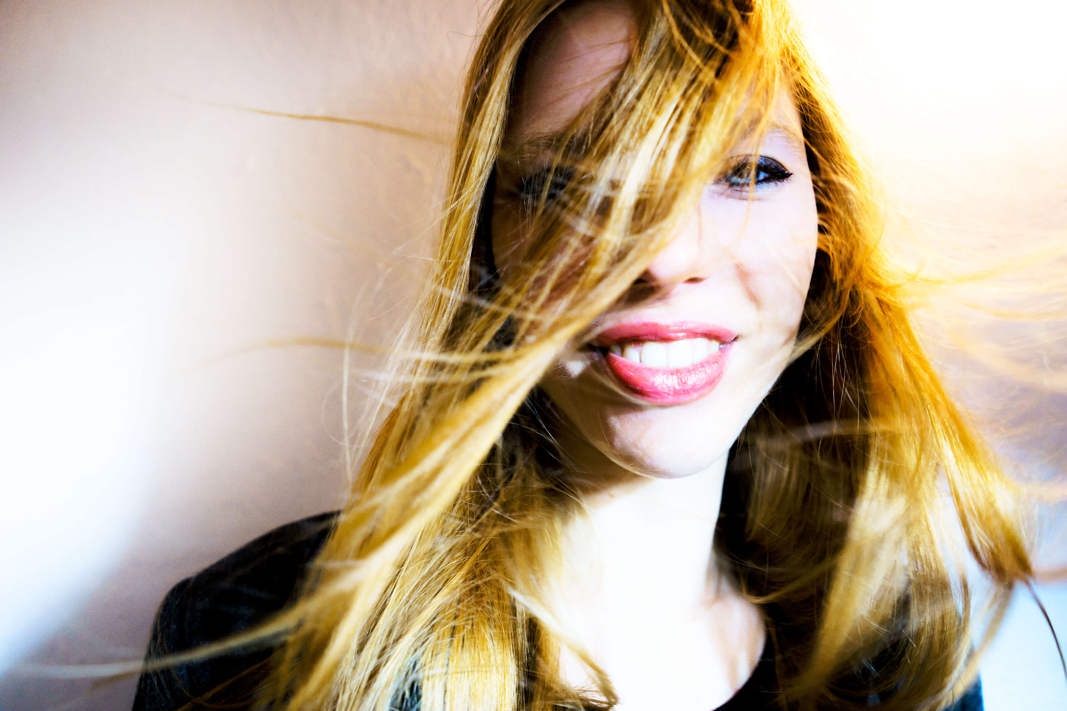 Model, Wind, Wind in Haaren, rote Haare, rothaarig, Portrait, Lachen, Blaue Augen, Freude, Gute Laune, fliegende Haare