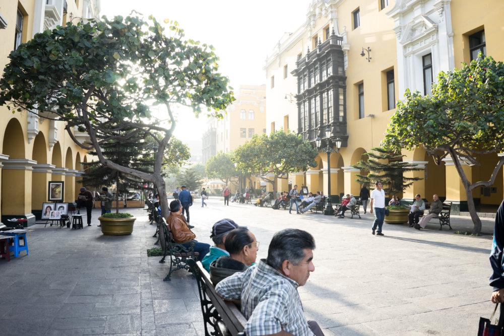 Lima, Peru, Innenstadt von Lima, Männer auf Bank, Kolonialstil, Baumallee, Kopfsteinpflaster, Idylle,