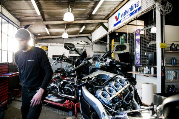 Motorrad, Unternehmensdarstellung, Firmenportrait, Werkstatt, offener Motor, Gegenlicht, Reparatur, Motorradmechaniker, Werkstatt, Shooting