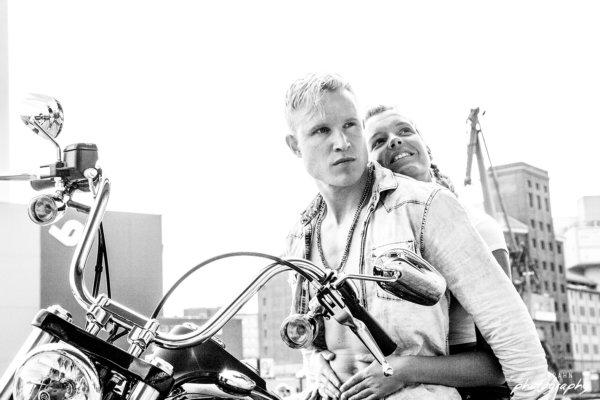 Harley Davidson, Münster, Hafen, Stadthafen, Paar, Paar auf Motorrad, Bike, Skyline, schwarzweiß,