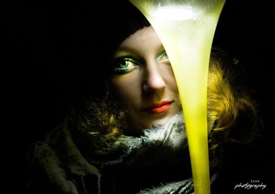 Parkleuchten, Nachtshooting, extrem geschminkt, starkes Make up, Winter, Wollmütze, Schal, grüne Augen,