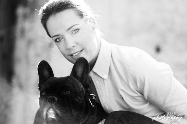 Französische Bulldogge, Bulldogge, schwarz weiß, Portrait mit Hund, Frau mit Pferdeschwanz, Fotoshooting mit Haustier