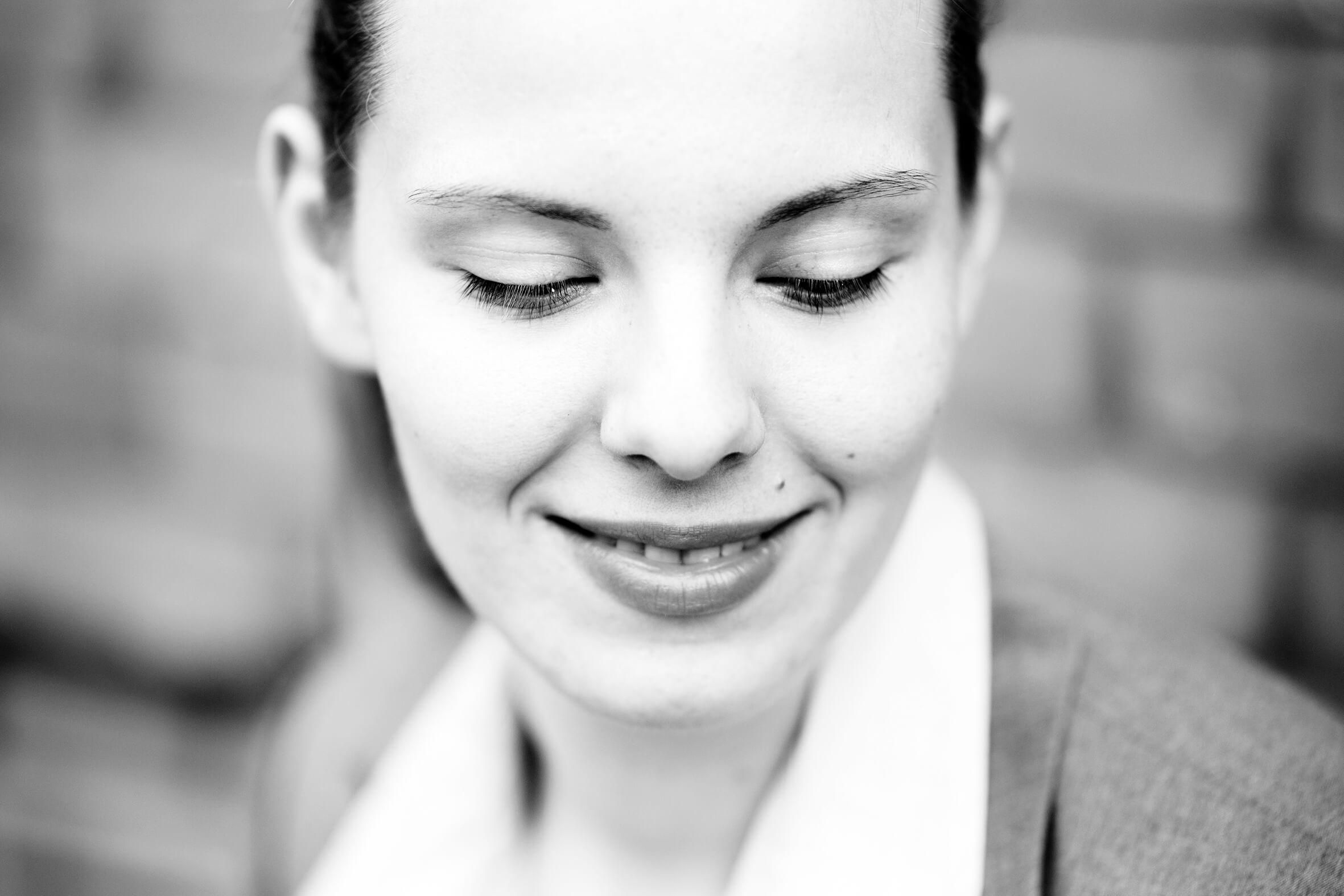 Portrait, schwarz weiß, Mädchen, sinnlich, Augen zu, lächeln, glücklich