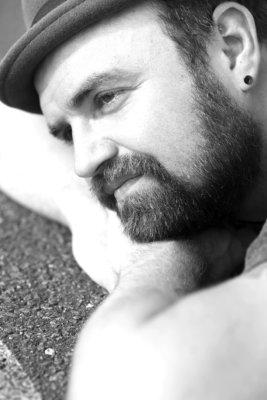Männerportrait, Mann mit Hut und Bart, schwarz weiß, Tempelhof, verträumt